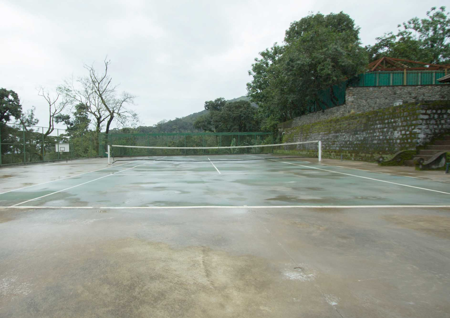 tennis-court-with-mountain-view