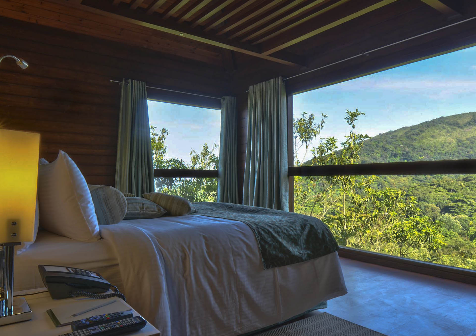 luxury-cottage-bed-with-nature-view